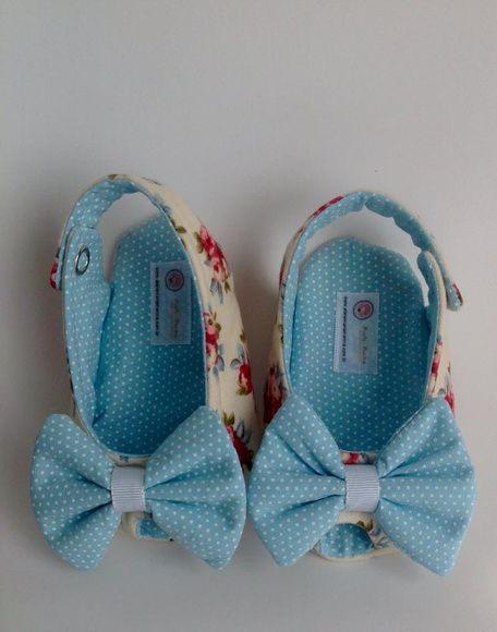 Sapatinho de bebê azul e creme