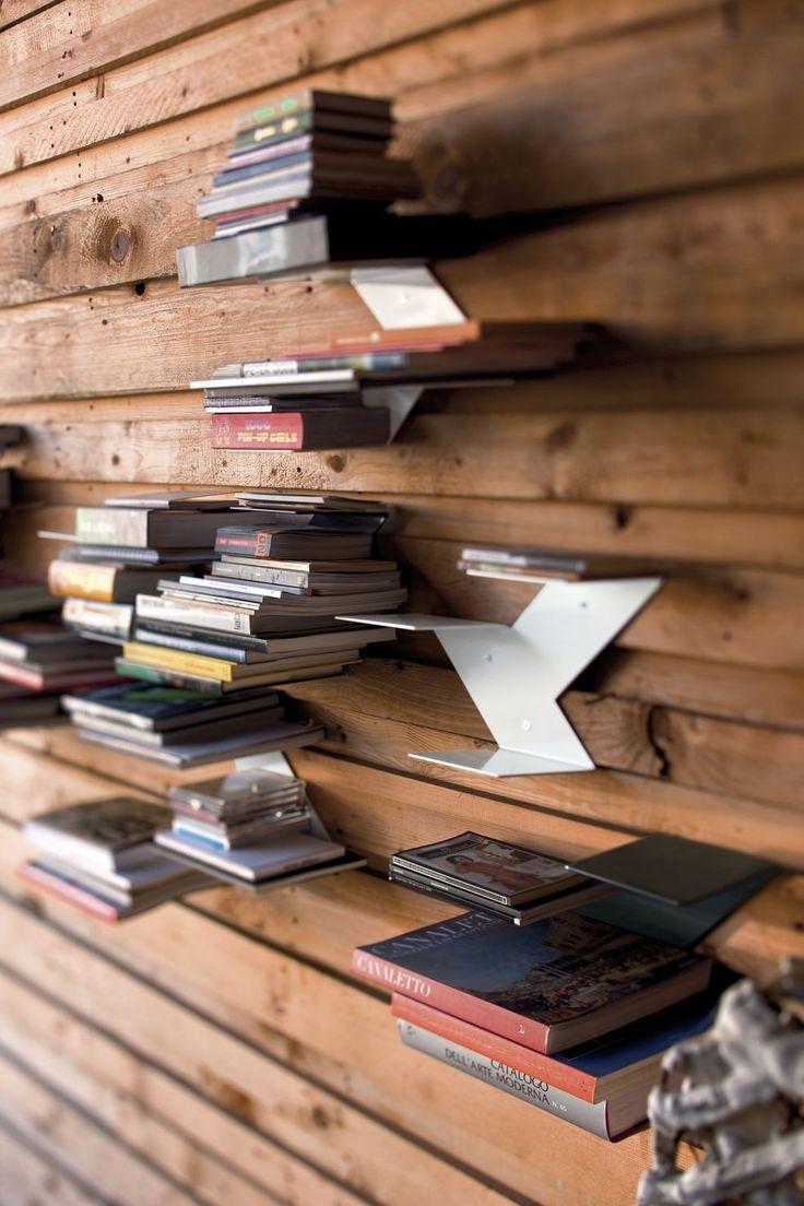 Fin è una mensola modulare da muro. Idea dei tedeschi Neuland Paster & Geldmacher per B-line, grazie alla sua forma innovativa cambia le regole del gioco trasformando una semplice libreria in un vero complemento d'arredo. Per creare composizioni sempre nuove e rinnovare l'ambiente in modo semplice.