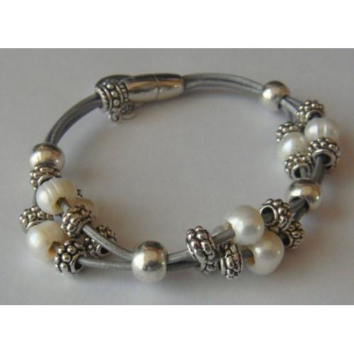 Pulsera cuero gris claro de 1mm con bolas plateadas, entrepiezas rosetas y perlas cultivadas. Cierre imán.
