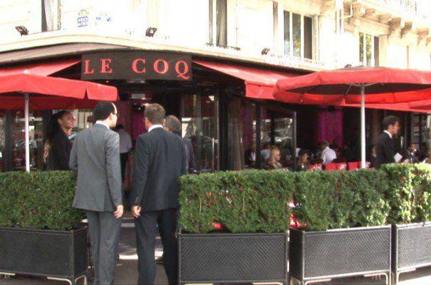"""l'œil de l'Aigle qui regarde la Place du 11 novembre (Place du Trocadéro), forme une ligne de 7,3 kilomètres qui traverse la rue du 8 mai 1945 et l'autre Place du 11 novembre (devant la Gare de l'Est). Cette ligne passe sur l'entrée de l'Opéra Garnier (boucle de l'Ankh) et... la """"Grille du Coq"""" !  Très troublant : Au n° 2, Place du 11 novembre et du Trocadéro, précisément sur cette ligne, nous découvrons une brasserie dont l'enseigne ne nous laisse pas indifférent : il s'appelle..."""