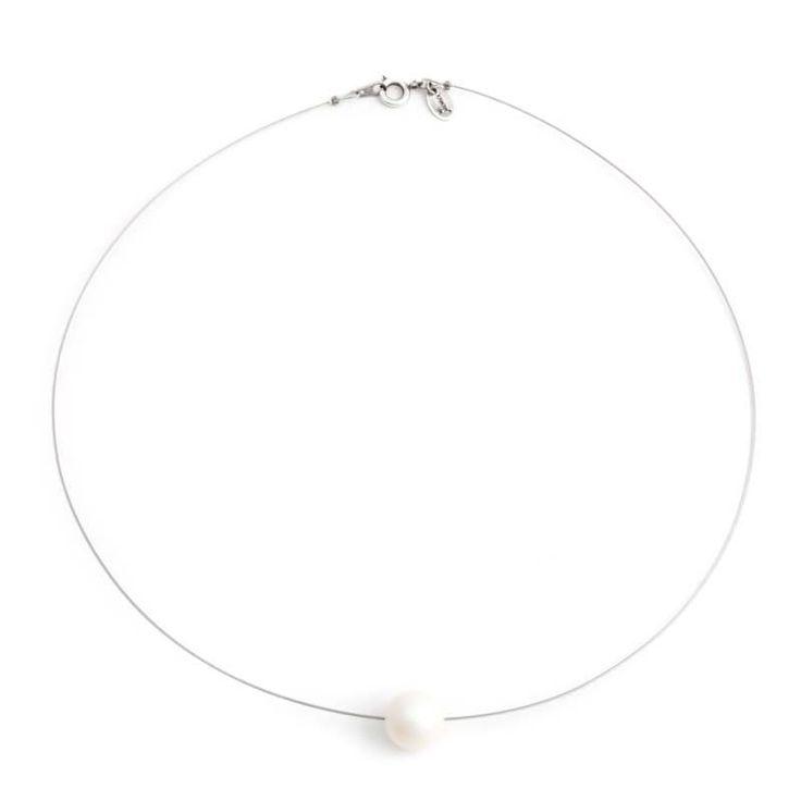 Fraaie iriserend witte parel ketting met 10 mm grote Swarovski kristal parel. Bekijk onze online collectie stijlvolle sieraden.