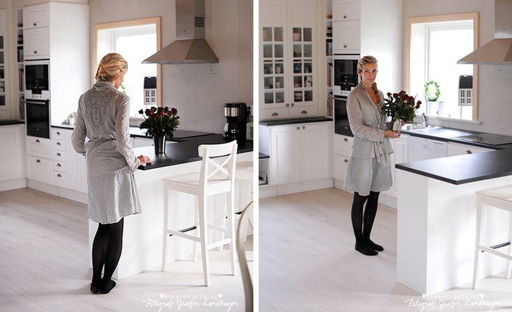 Litet sneak peak från nya köket i huset bjuder jag på ikväll. Köket är från Ballingslöv i lantlig stil med en frukostbar ut mot matsal och vardagsrum. Köket är helt monterat och klart så när som på två försenade luckor. Sen ska givetvis väggen där bakom få tapet och en glasskiva som stänkskydd (tror jag) samt lite målning av lister. Men riktigt bra känns det! Meny vit | Ballingslöv