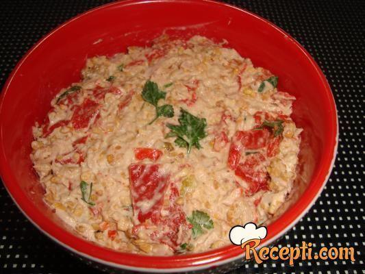 Recept za Posnu salatu sa tunjevinom. Za spremanje salate neophodno je pripremiti tunjevinu, kikiriki, papriku, posni majonez, biber, so, peršun.