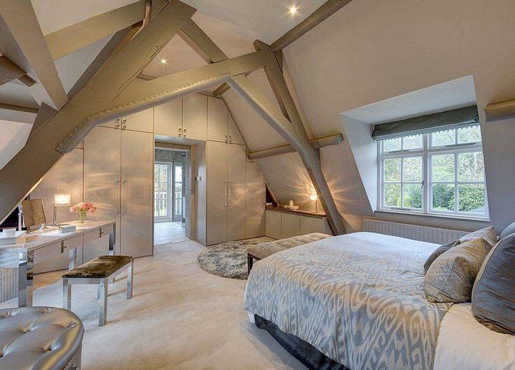 plafond avec poutres apparentes en bois repeint en gris perle, bureau design, tabouret en cuir gris argent et moquette beige