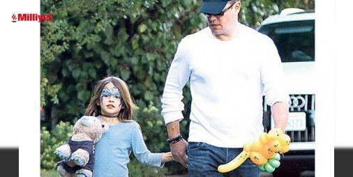 Hafta sonunu kızına ayırdı : ABDli aktör Matt Damon hafta sonu tatilini 6 yaşındaki kızı Stella ile beraber geçirdi. Elinde oyuncak ayıcık taşıdığı görülen ünlü aktör kızını arkadaşının doğum günü partisine bıraktı. 3 saat sonra tekrar geri dönerek Stellayı arkadaşının Los Angeles kentindeki evinden alan Damon kızıyl...  http://www.haberdex.com/magazin/Hafta-sonunu-kizina-ayirdi/112505?kaynak=feed #Magazin   #Damon #Stella #aktör #arkadaşı #saat