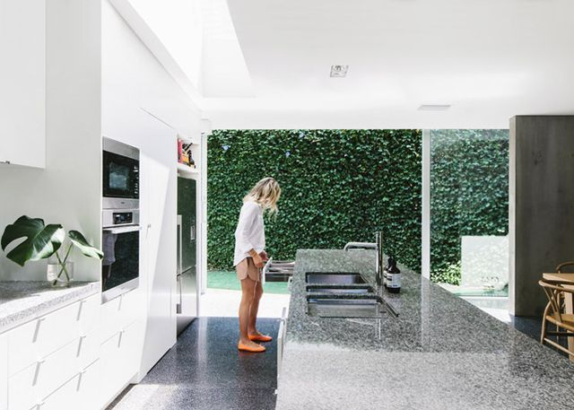 This is such a big and gorgeous kitchen, perfect for the family that lives in it. I like the stone of the floor and countertops against the light wood CH-24 chairs. — Dit is echt een super mooie, gr