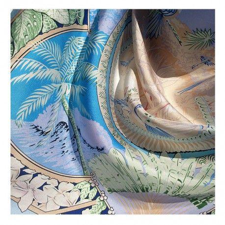 Hodvábna šatka Maui v modrom tóne pripomína Pacifický oceán, surfovanie a letnú exotiku na Havaji. Rozmer: 90x90cm Materiál: 100% hodvábny twill