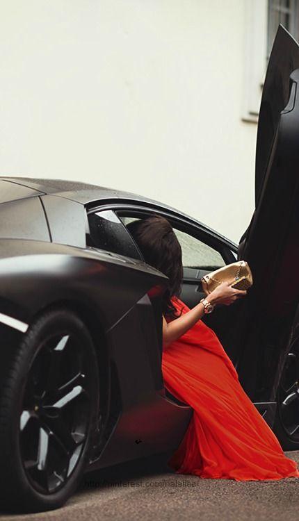 Jackpot time! Du bist der Fahrer, sie ist dein Passagier. Ihr steigt aus zu einer Filmpremiere in Monaco.