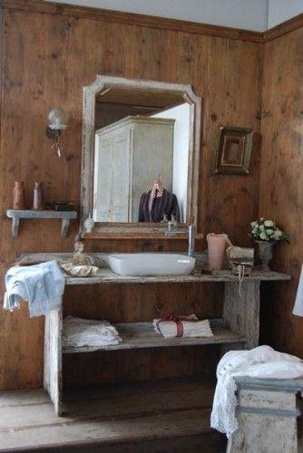 Mobile da bagno di derivazione da un vecchio banco da lavoro, realizzato in legno antico decapato a più strati.
