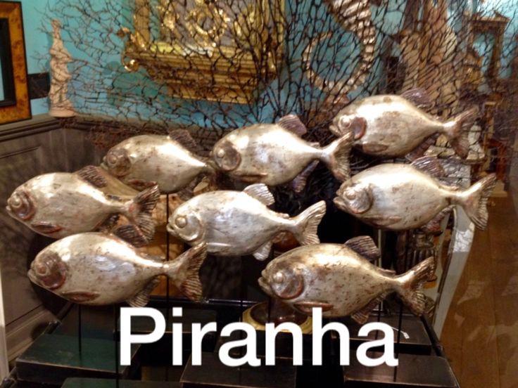 Piranha  installazione di pesci in legno intagliato e decorato in foglia argento anticato