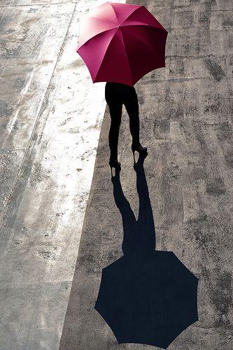 passeggiata con tacchi e ombrello