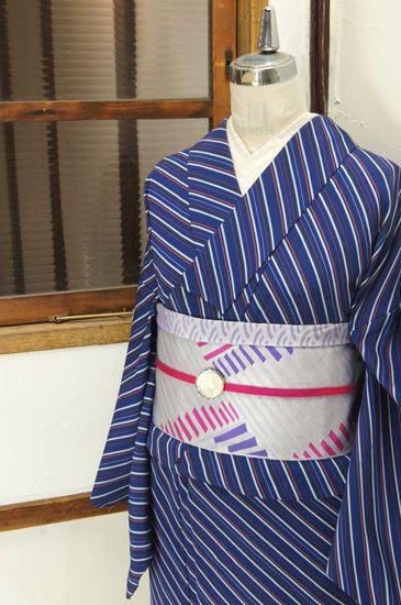 青と紺、黒と灰色にコーラルピンクがアクセントになった斜めストライプがモダンでスタイリッシュな単着物です。 #kimono