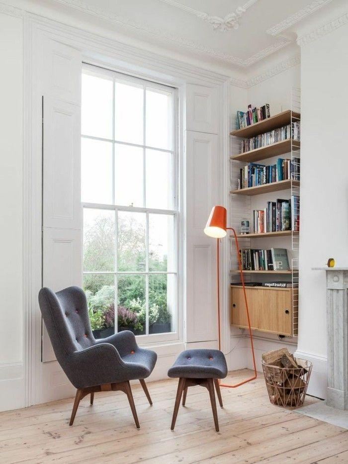 fauteuil cuir ikea gris pour le salon avec parquette clair et lampe de lecture