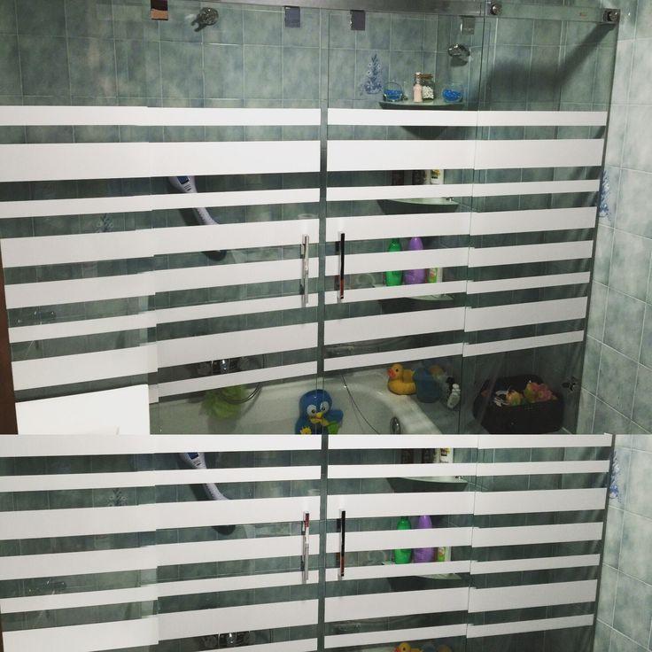 Rotulación en Vinilo a un color (Blanco) para decoración de mampara de baño, Vigo!