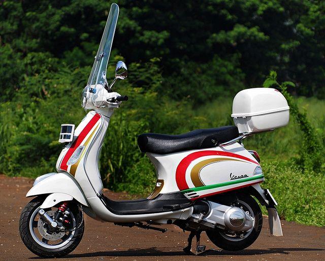 vespa lx150 #tricolore #nolan helmet graphic style #bitubo shockbreaker #high windscreen