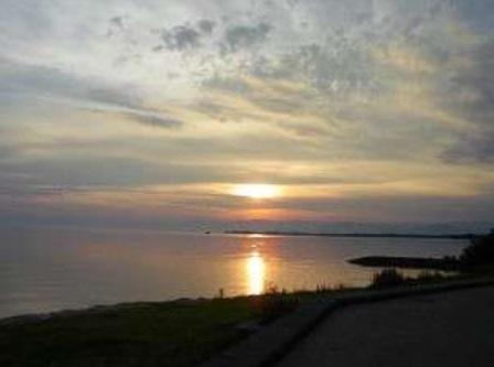 色のグラデーションを空に描く夕日。