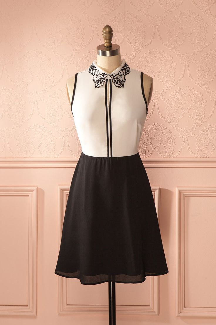Son collet était toujours joliement décoré de fleurs du jardin. Her collar was always beautifully decorated with flowers from their garden. Black skirt and white top a-line dress https://1861.ca/collections/products/radhiya