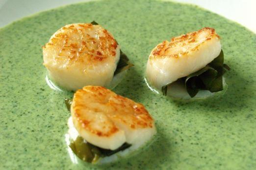 Le capesante con nasturzi sono un antipasto di pesce raffinato e stuzzicante particolarmente indicato per un pranzo o una cena di rilievo. Si lessano...