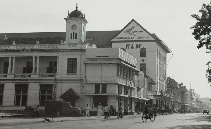 Street view with an office of the NHM and advertisements.