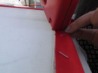 3.Mojar muselina y ponerla sobre el marco de madera (aproximádamente 40×40 cm). Proceder a engrapar la tela desde la parte superior con una cinta ancha en los bordes, tirando siempre en la dirección contraria a donde se están poniendo las grapas. Cuidar que la tela quede con una tensión adecuada en todas las direcciones.