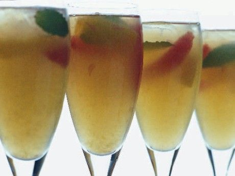God, men inte söt, en bål med vin och frukt i god balans.Serveras med mer eller mindre mängd frukt ur vin- eller champagneglas.
