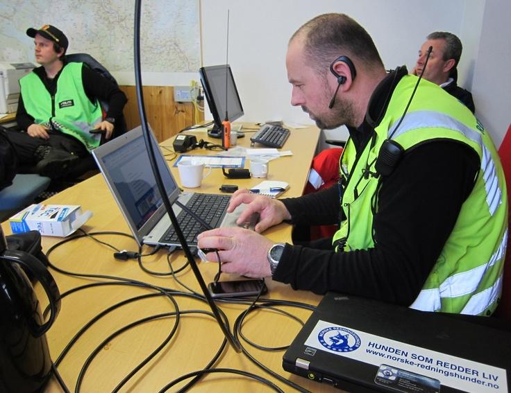 Operativ leder Norske Redningshunder Frode Haraldseth jobber i Ko sammen med Politi og Røde Kors
