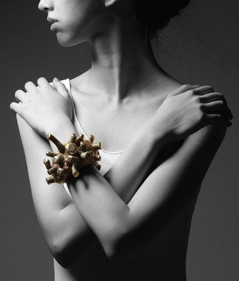 Oops! It has come to our attention that we inadvertently omitted the credit line from an ad in Metalsmith Magazine featuring work by Sungyeoul Lee! Please accept our apologies, Sungyeoul, and many thanks to you. Keep up the great work!