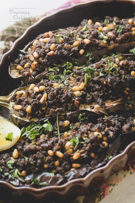 Kuchnia arabska niezmiennie zachwyca mnie swoim bogactwem przypraw i aromatycznych połączeń. Faszerowane warzywa to niemal klasyka letniego gatunku, ale poniższe bakłażany to odrobinę inna histori…