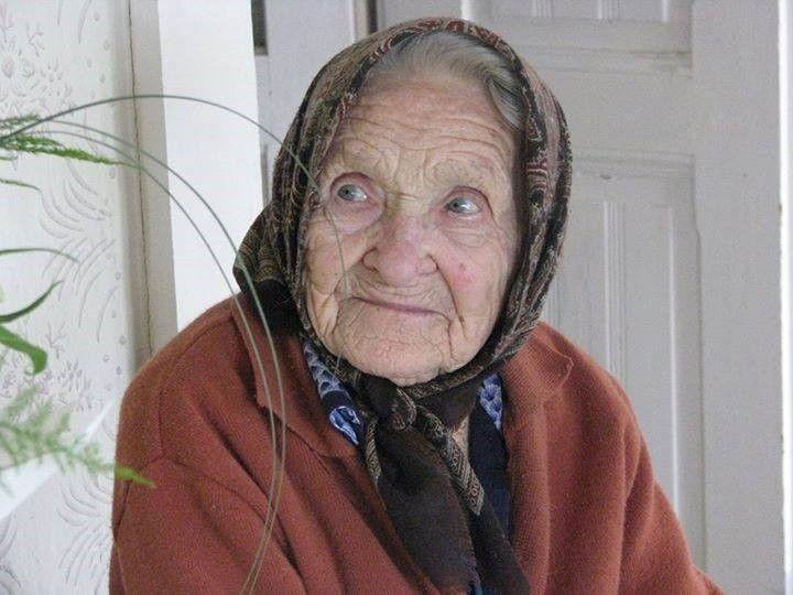 Soha ne bántsd édesanyád Édesanyád sose bántsd Karjaiddal öleld át, Puszit adj az arcára Simogatást a hajára.  Addig örülj amíg él Amíg ő él...