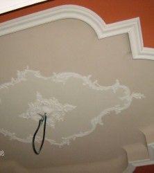Realizzazione di gole e cornici su misura per creare lo sfondato del soffitto.