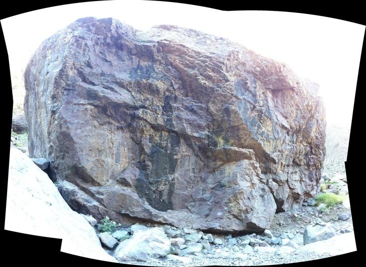 Ein riesiger Felsbrocken im Atlasgebirge in Marokko. Zusammengesetzt mit autostich aus ca. 12 Einzelfotos.