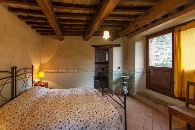 Casa Santicchio dispone di otto camere, 25 posti letto e una tavolata comune per condividere una cucina naturale (mezza pensione a 55 euro). Infine è anche possibile partecipare a sedute di yoga. Info:santicchio.org