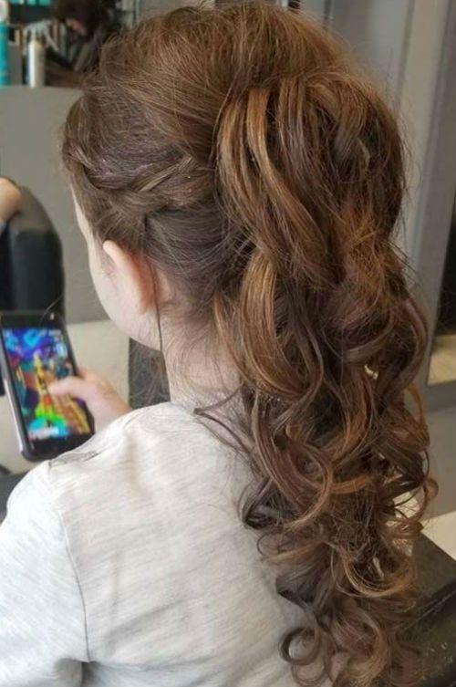 Immer schöne lange gewellte Frisuren, damit Kleinkind-Mädchen niedlich und stilvoll aussehen