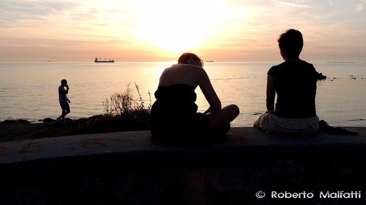 Girls sitting at sunset 4618