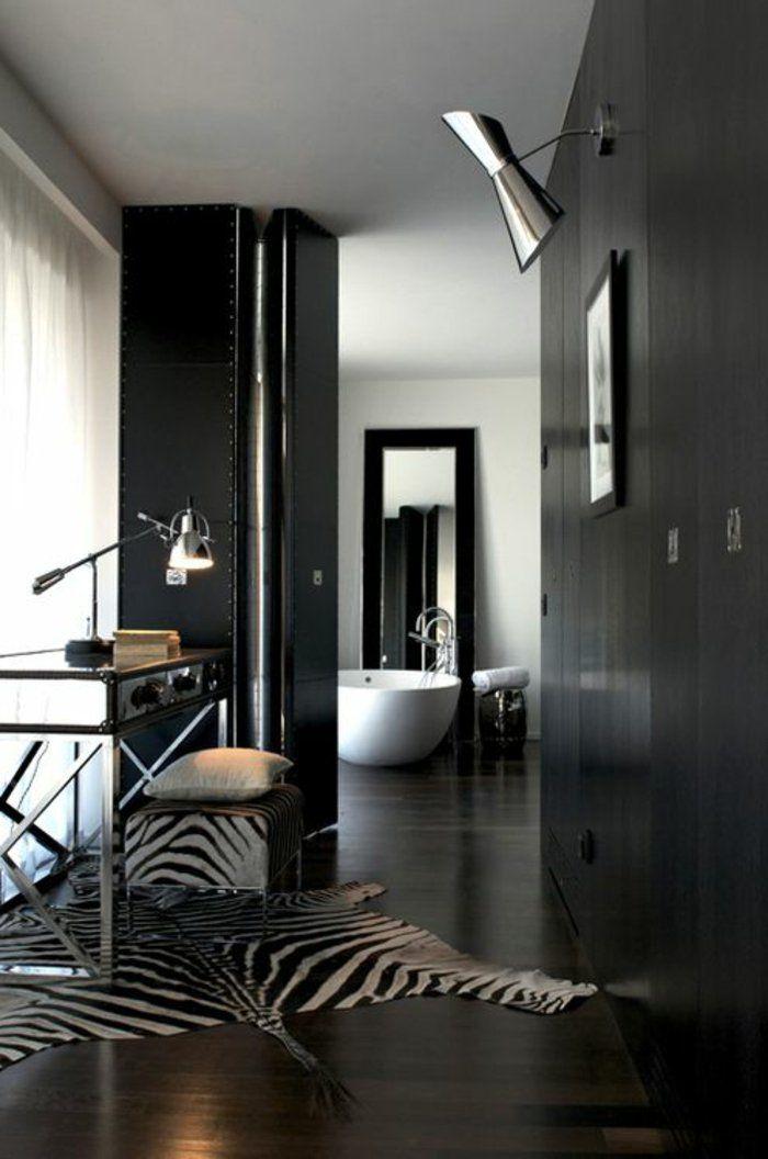 tapis de zebre à rayures blanc noir, intérieur noir, baignoire blanche