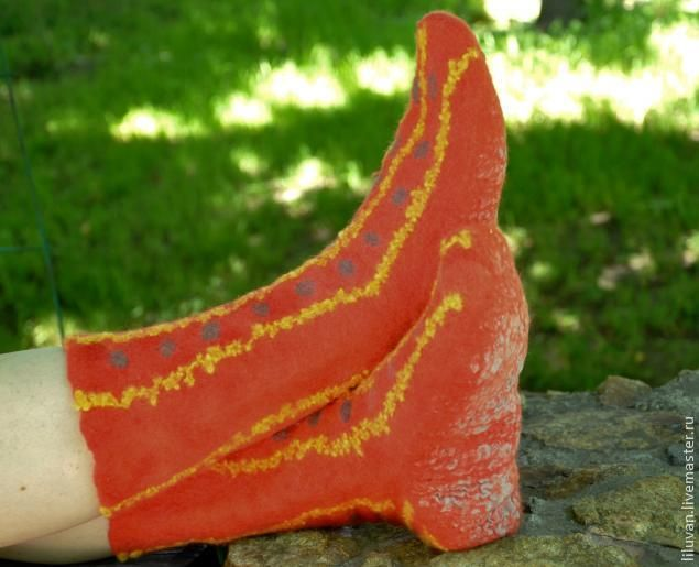 Мне очень помогли чудесные мастер-классы по валянию, которыми так щедро делятся замечательные мастера на этом сайте, и я тоже хочу предложить всем свою маленькую находку. Мне всегда нравились яркие носки горцев – джурабы. Я научилась их вязать – многоцветные и теплые. А когда занялась валянием, то пришла мысль сделать их из войлока. Но по выкройке валенка получается широкое голенище,…