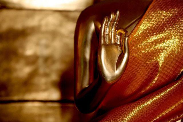 """FacebookTwitterGoogle+LinkedInPrintE-mailWhatsApp Il concetto di Mudra trae origine dal Sanscrito e significa Sigillo. Suddiviso in sillabe, la sillaba """"Mud"""", conformemente al significato, sta per GIOIA, e """"ra"""" per SUSCITARE. Quindi tradotto significa che il Mudra è un sigillo che apporta GIOIA. I Mudrasono movimenti yoga che"""