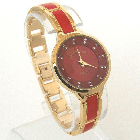 EMC gyldent ur med rød lænke og smukke sten i ur skive
