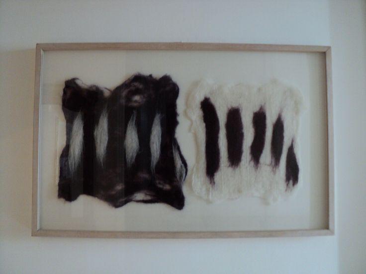 Reñma (familia)   Medidas: 47,5cm x 62,5cm x 4,3cm.  Descripción: Láminas de fieltro echas de vellón de alpaca crudo y teñido con anilina orgánica morada, en marco (caja + vidrio) de madera color blanco y paspartú blanco.