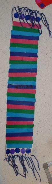 Una bufanda feta per tota la classe. Treball individual que aprofita per a una decoració colectiva.
