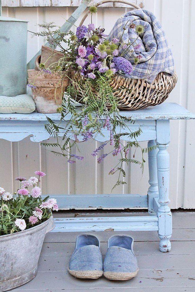 Shabby chic azzurro e lavanda con romanticismo     Lo stile shabby chic offre una vasta gamma di opportunità nella scelta dei colori e dei tessuti: le ispirazioni shabby chic in azzurro e
