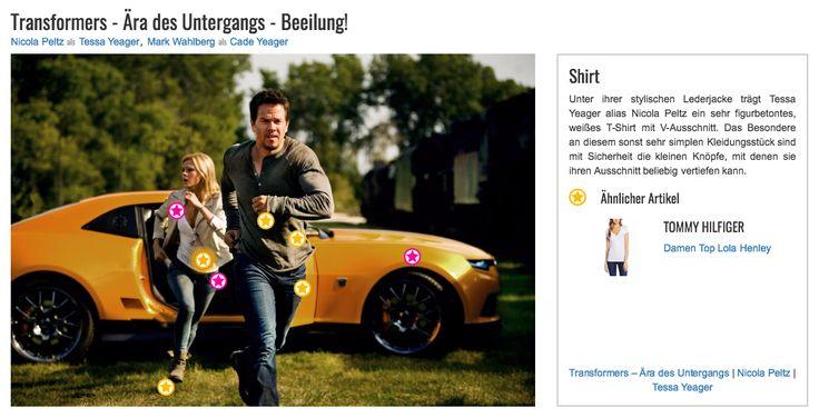 Unter ihrer stylischen Lederjacke trägt Tessa Yeager alias Nicola Peltz ein sehr figurbetontes, weißes T-Shirt mit V-Ausschnitt. Das Besondere an diesem sonst sehr simplen Kleidungsstück sind mit Sicherheit die kleinen Knöpfe, mit denen sie ihren Ausschnitt beliebig vertiefen kann.
