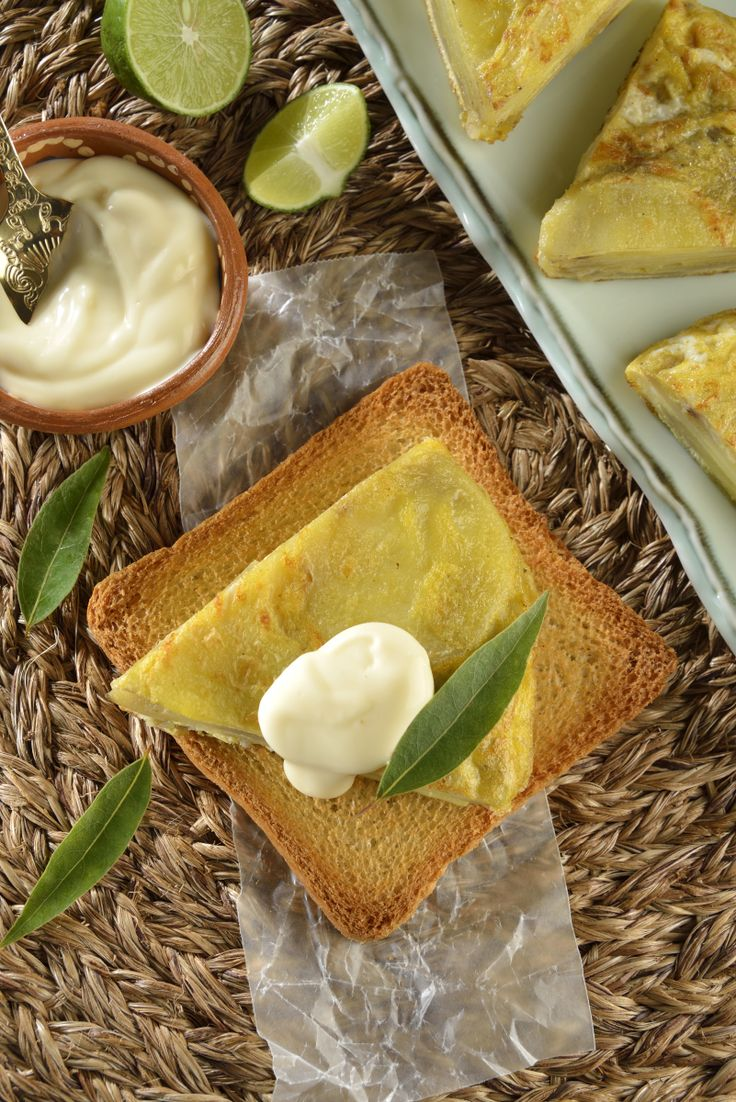 Delicioso bocadillo de pan tostado con tortilla de papa española, servido con la salsa alioli. Es una receta tradicional de la gastronomía española, rápida de preparar y con un sabor muy característico de dicha cocina.