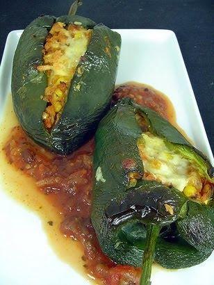 Ingredientes 2 pimentões verdes 2 colheres (sopa) de óleo  1 cebola picadinha 1 dente de alho amassado  2 colheres (sopa) de salsa bem pic...