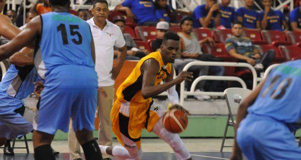 Mauricio Báez y San Carlos buscan hoy pase final del Basket del Distrito