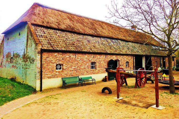 In de boerderij van het museum maakt u kennis met de authentieke inrichting en aankleding van de stal, de kelder, d'n herd en de goeikamer, alles wat u rond 1900 kon aantreffen in een Noord-Brabants boerenbedrijf. Zo ziet u een have en goed waar o.a. koeien, paarden, schapen, eenden, geiten en kippen worden gehouden. Alles functioneert zoals in een boerderij in vroegere tijden.