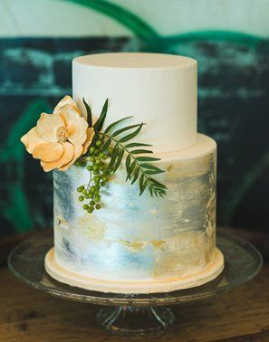 A watercolor cake combined with gold, silver and blue to create a gorgeous glowing effect @myweddingdotcom