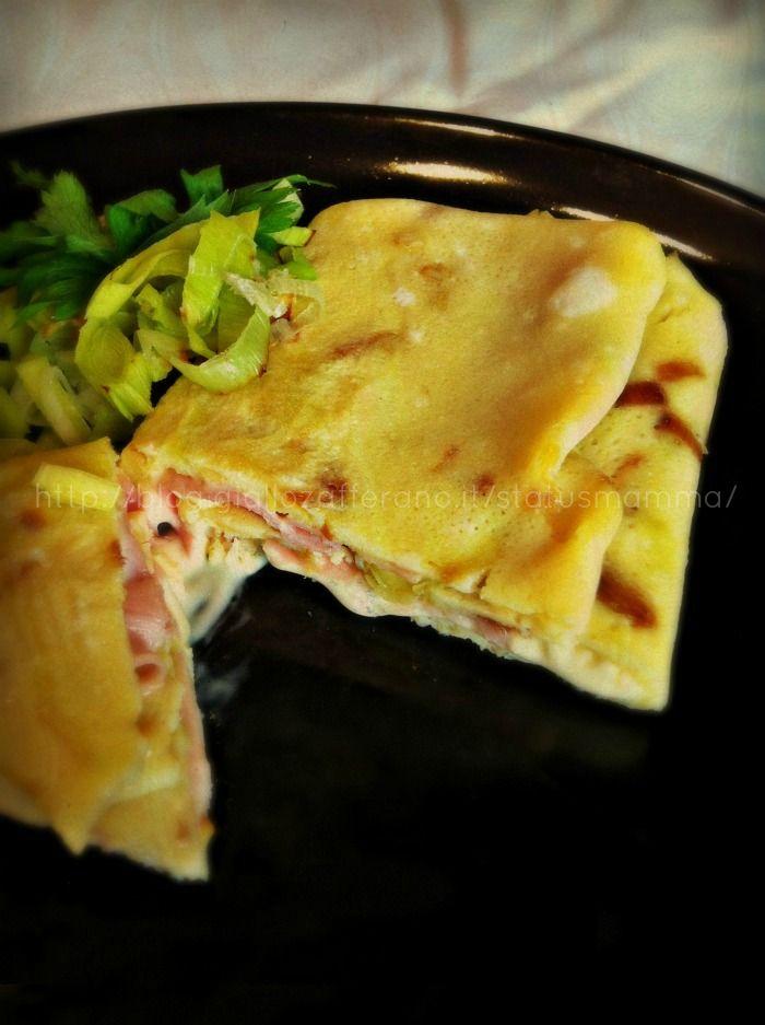 Omelette ai porri ripiena di prosciutto cotto e formaggio