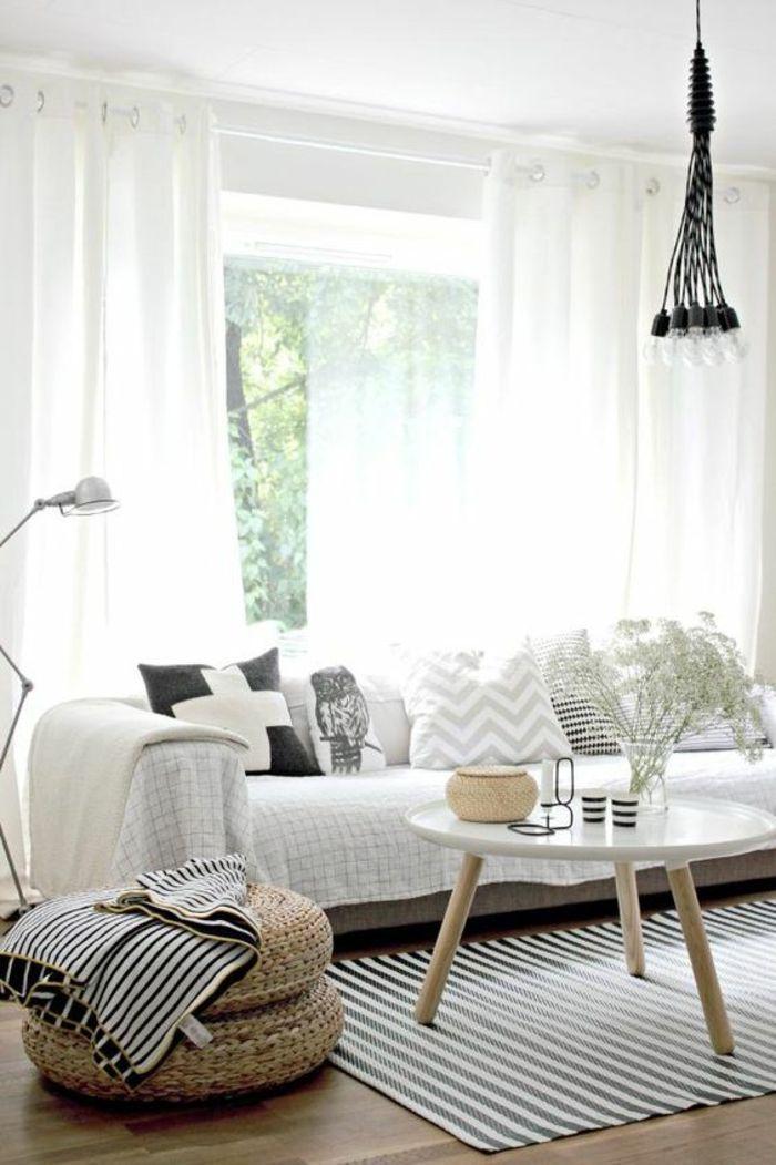 deco zen, bouddha zen, tapis aux rayures verticales en bleu marine et blanc, canapé en gris avec couverture blanche, tabouret en rotin tressé