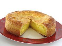 """Il existe plusieurs versions de ce gâteau typique du Labour en pays basque: Fourré aux cerises noires mais les basques se plaisent à dire qu'elle est réservée aux touristes. Et puis les autres à la crème pâtissière parfumée à l""""amande ou encore à la vanille..."""